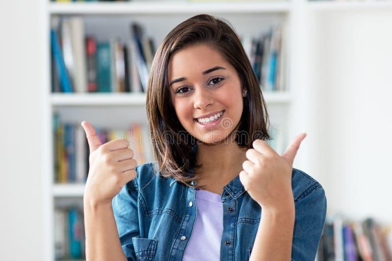 显示赞许的美丽的西班牙年轻妇女 免版税库存图片