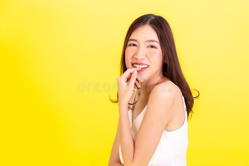 显示逗人喜爱的表示的可爱的亚裔微笑的妇女画象  免版税库存图片