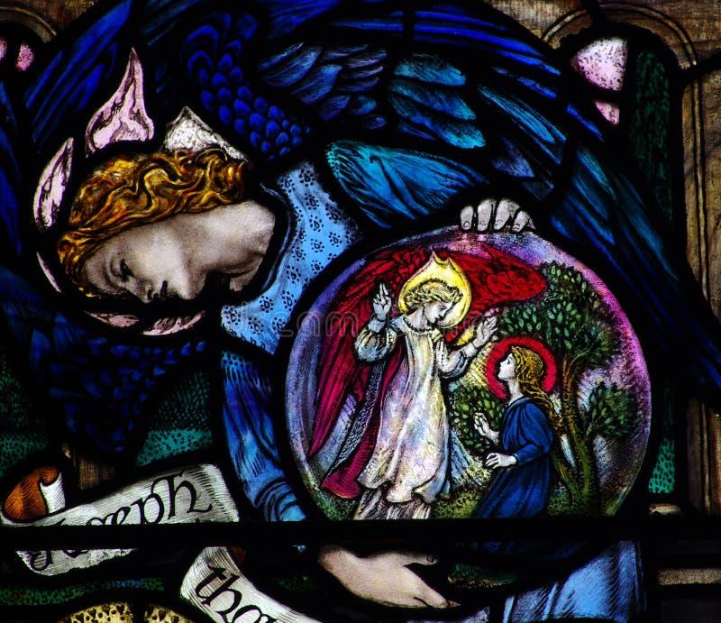 显示通告的天使在彩色玻璃 免版税图库摄影