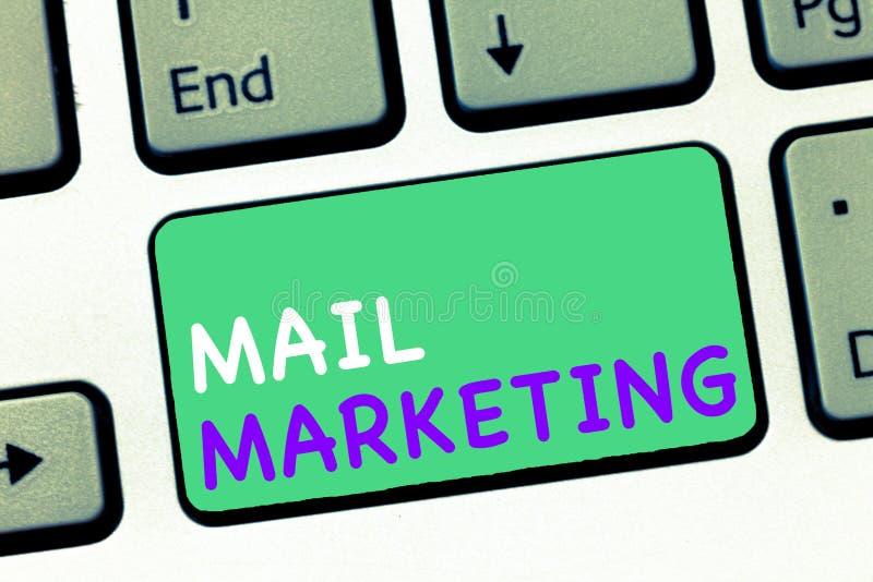 显示邮件行销的文字笔记 送商业咨文广播感觉企业照片陈列的行动  免版税库存照片
