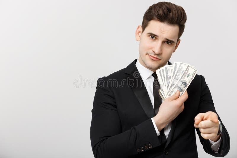 显示金钱和指向手指的商人画象被隔绝在白色背景 免版税库存照片