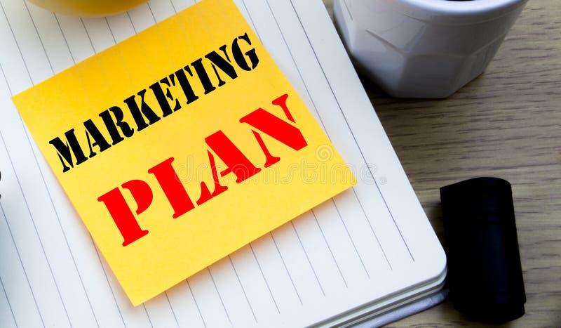 显示销售计划的文字文本 计划的书面的成功的战略企业概念稠粘的笔记空的纸,木bac 库存照片