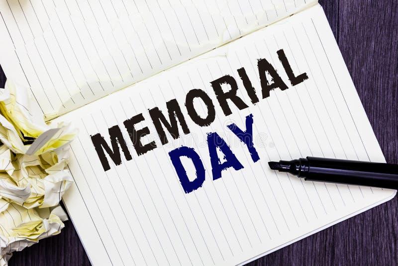 显示阵亡将士纪念日的概念性手文字 企业对荣誉和记住在兵役标记死的那些人的照片文本 库存图片