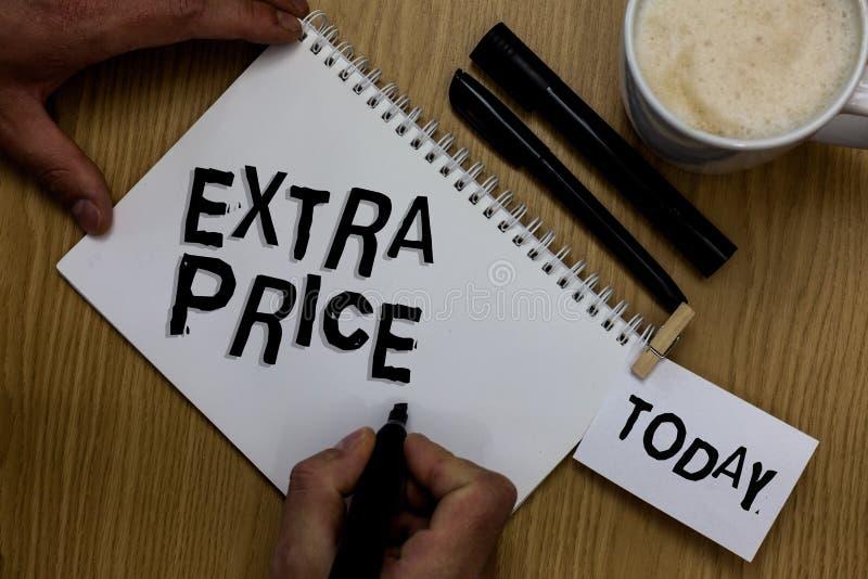 显示附加价格的文字笔记 陈列在普通的大程度人之外的企业照片附加价格定义举行ma 图库摄影