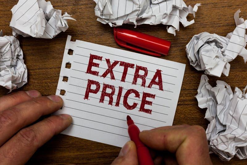 显示附加价格的文字笔记 陈列在普通的大程度人之外的企业照片附加价格定义举行ma 免版税库存照片