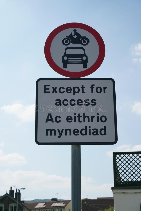 显示除了通入的路标写在威尔士和英语 图库摄影