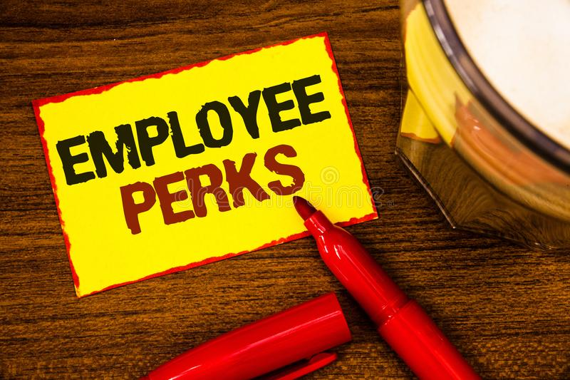 显示雇员津贴的文字笔记 企业照片陈列的工作者有益于奖金报偿奖励健康保险词 免版税库存图片