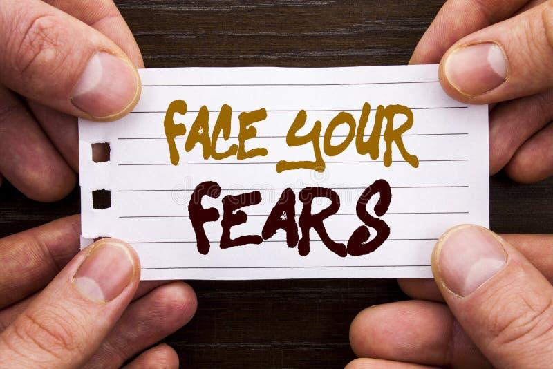 显示面孔您的恐惧的手写的文本标志 在Sti写的挑战恐惧Fourage信心勇敢的勇敢的企业概念 图库摄影