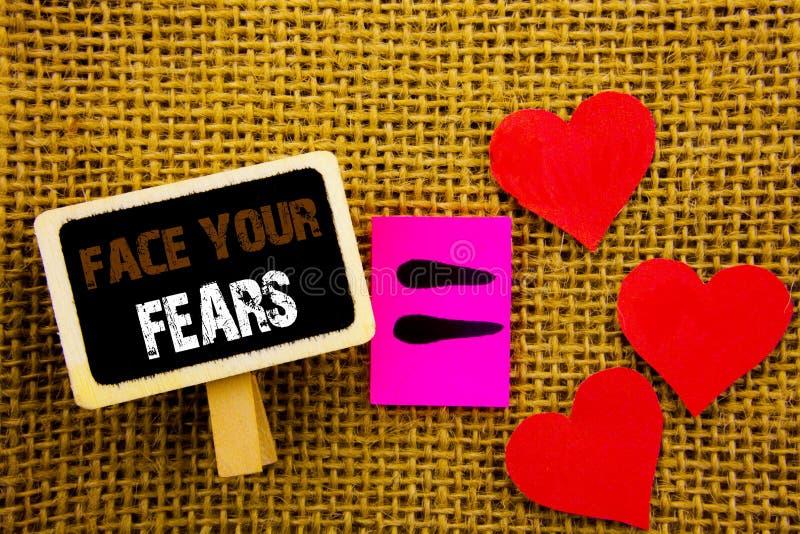 显示面孔您的恐惧的文字文本 在黑板equat写的概念意思挑战恐惧Fourage信心勇敢的勇敢 免版税库存图片