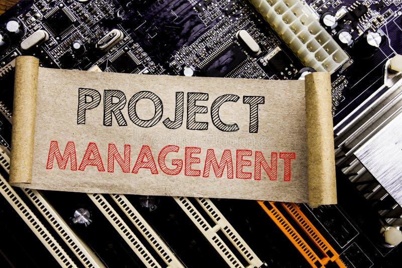 显示项目管理的文字文本 战略在稠粘的笔记写的计划目标的企业概念,计算机主板后面 库存图片