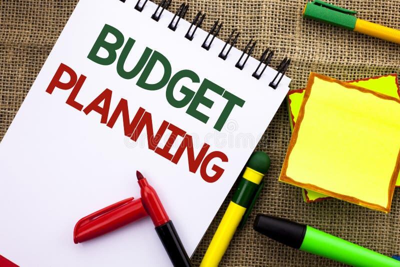 显示预算计划的文字笔记 陈列收入和费用命令的财政Plannification评估的企业照片 库存图片