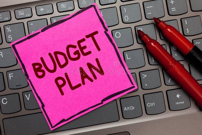 显示预算计划的文本标志 概念性照片财政日程表一个被定义的时期通常年桃红色纸键盘我 库存照片