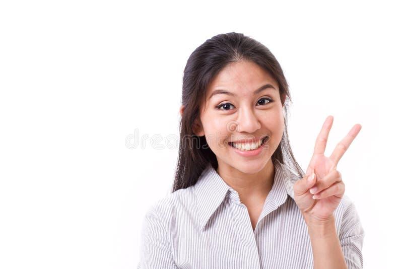 显示2个手指的愉快的妇女打手势,胜利标志 库存图片