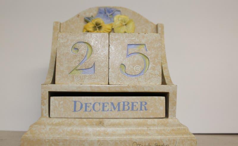 显示12月25日的陶瓷桌面日历 免版税库存图片