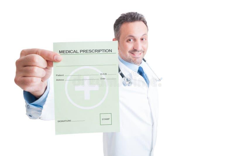 显示医疗处方的微笑的友好的医生或军医 库存照片
