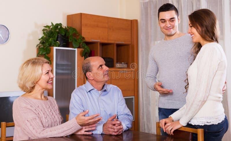 显示他的未婚妻的愉快的年轻人 免版税库存照片
