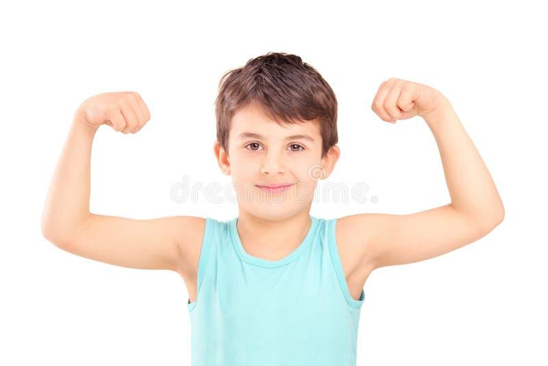 显示他的肌肉的孩子 免版税图库摄影