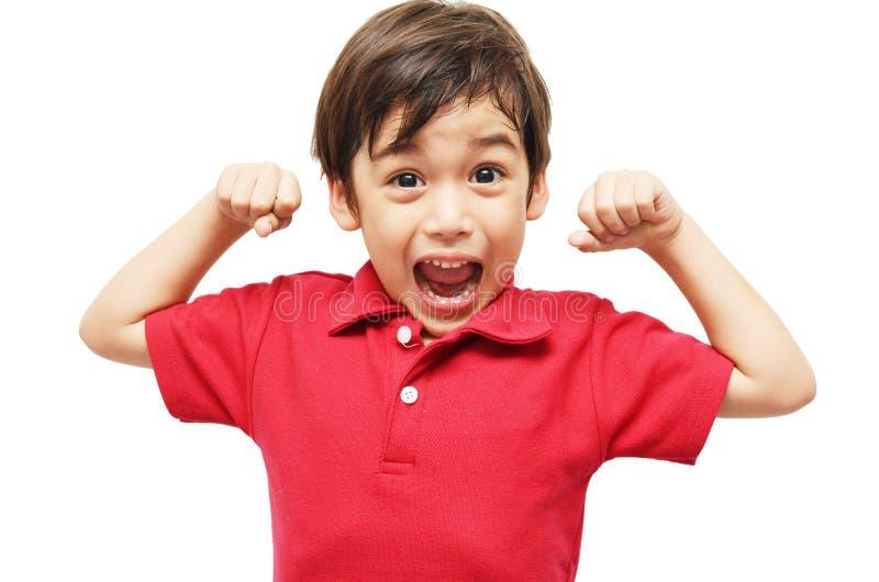 显示他的肌肉的小男孩 免版税库存图片