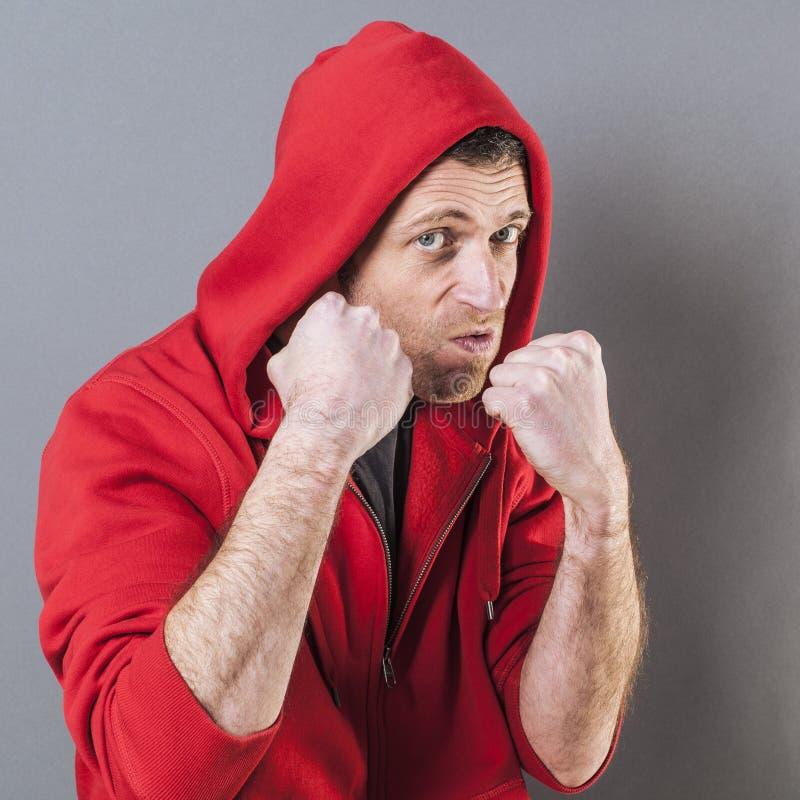 显示他的胁迫的态度的独裁的男性交谈者拳头 免版税库存图片