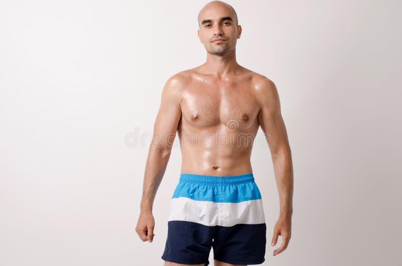 显示他的身体的适合的爱好健美者 免版税库存图片