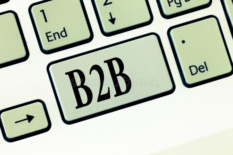 显示B2B的文本标志 产品在企业电子商务之间的服务信息概念性照片交换  免版税库存图片