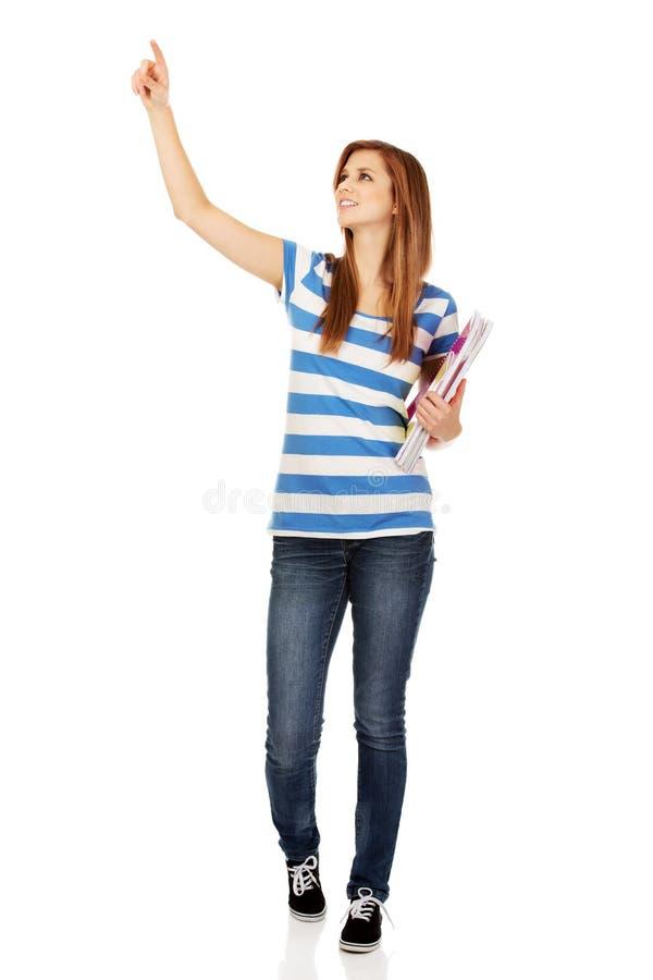 显示copyspace或某事的少年妇女 免版税库存照片