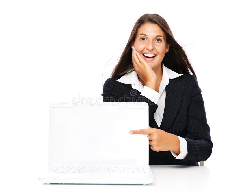 显示copyspace的激动的膝上型计算机妇女 免版税库存图片