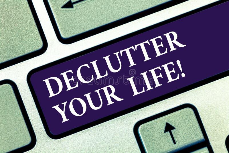 显示Declutter您的生活的文本标志 概念性照片从不整洁过度拥挤的地方键盘去除多余的项目 免版税库存图片