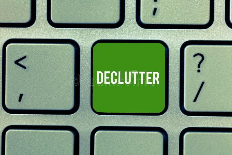 显示Declutter的概念性手文字 陈列企业的照片从不整洁或过度拥挤去除多余的项目 库存照片