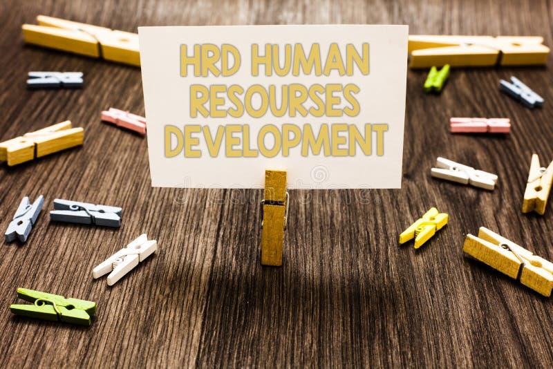 显示Hrd人力资源开发的文本标志 概念性照片帮助的雇员开发举行w的个人技能晒衣夹 免版税库存图片