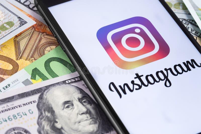 显示Instagram商标的智能手机 免版税库存图片