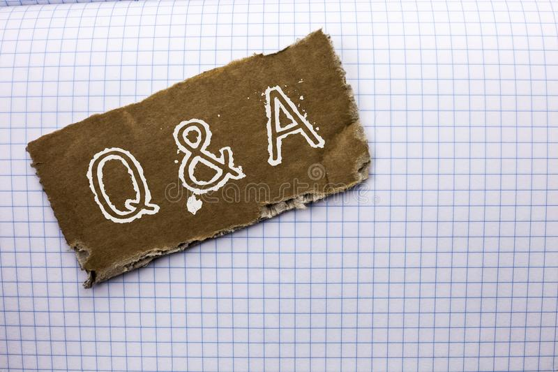 显示Q A的文本标志 概念性照片要求常见问题解答常常地要求解决疑义询问支持的问题帮助写在泪花Cardboa 库存照片