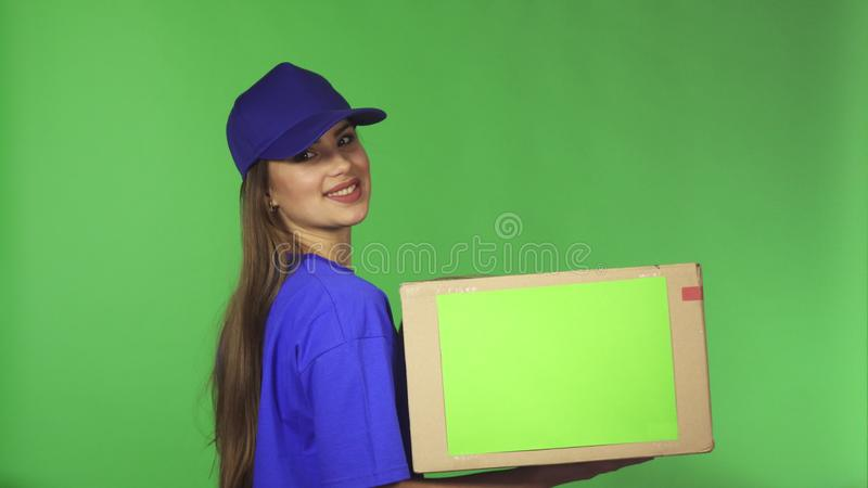 显示thumns的华美的送货业务女性代理停滞纸板箱 免版税库存照片