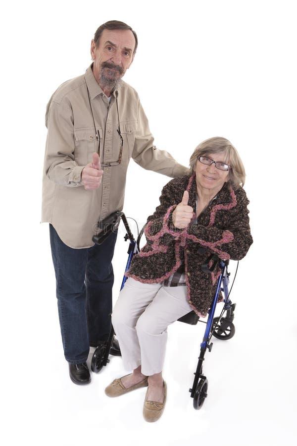 显示thums的年长夫妇  免版税库存照片