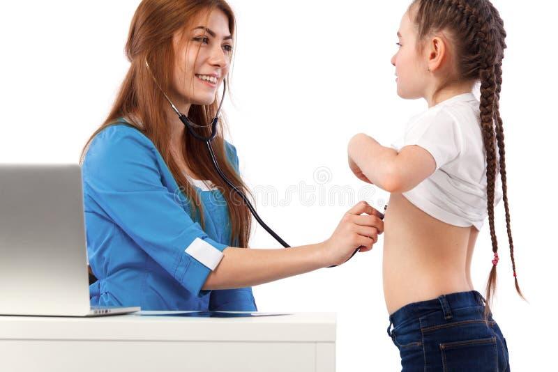 显示X-射线的妇女医生对小女孩 医学和医疗保健概念 免版税图库摄影