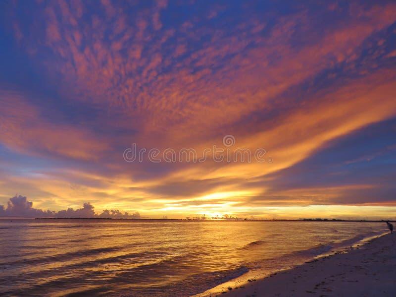 显著在海洋的五颜六色的日落 免版税图库摄影