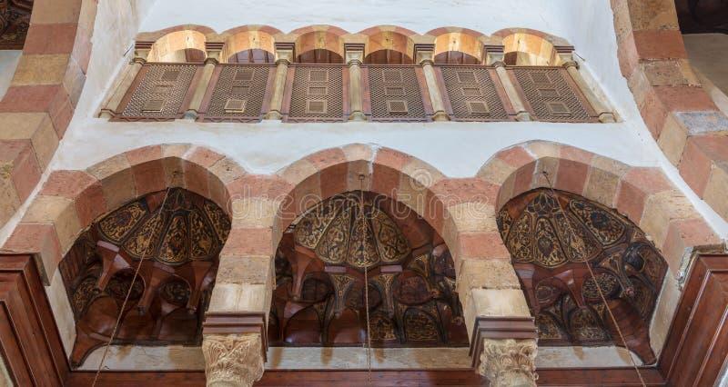 显露三个木圆顶的三曲拱装饰用与被插入的木窗口Mashrabiya, Beshtak宫殿的花卉样式 免版税库存图片