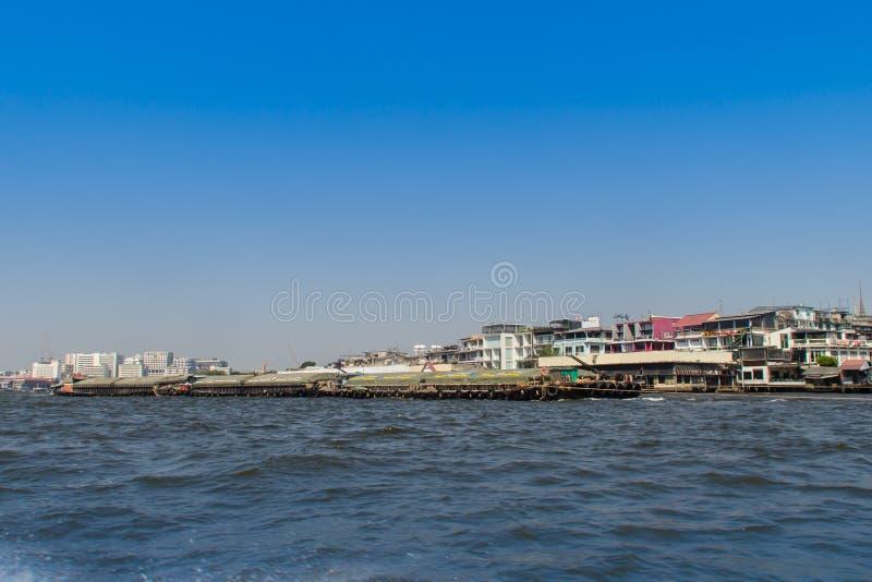 晁Phraya从小船的河边区视图沿Choa Phraya河,曼谷,泰国 免版税图库摄影