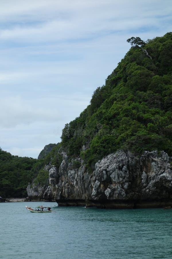 晃动有树和渔船的, Ang皮带国家公园,泰国海岛 库存照片