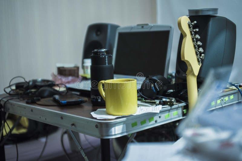 晃动的室混乱茶斑点 免版税库存照片