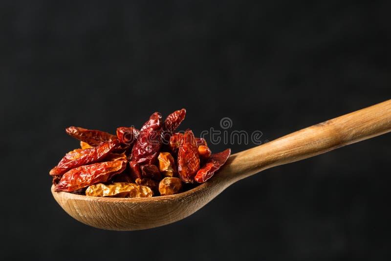 晒干在一把木匙子的干辣椒 库存图片