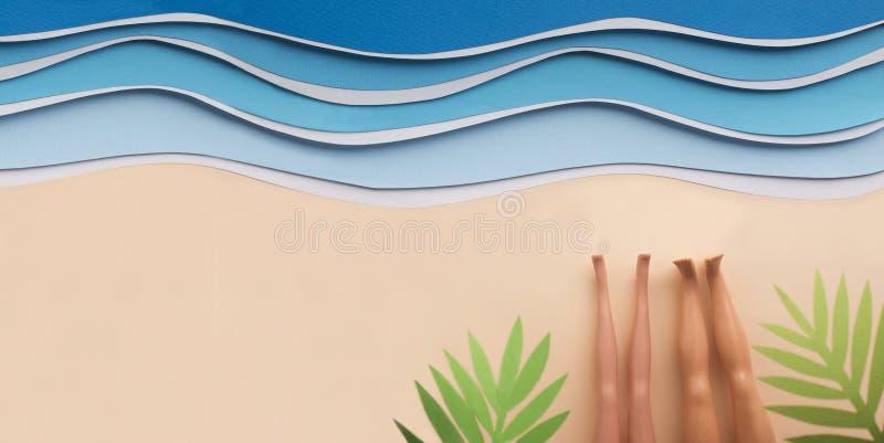 晒日光浴在海滩的两个女朋友在海洋附近 库存图片