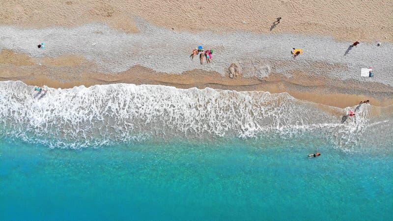 ?? 晒日光浴在海滩的人们 r 免版税库存图片