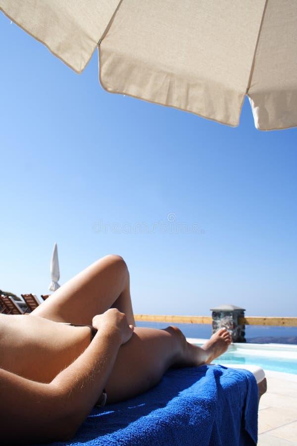 晒日光浴海岛的santorini 免版税库存图片
