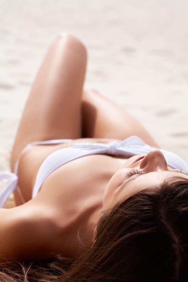 晒日光浴的女性 免版税库存照片