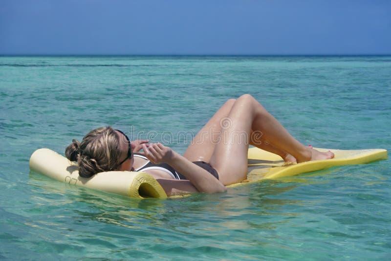 晒日光浴的妇女 免版税库存图片