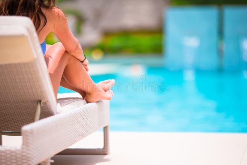 晒日光浴在懒人的妇女在热带手段 免版税库存照片