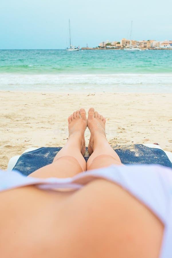 晒日光浴在懒人的少妇 免版税库存图片