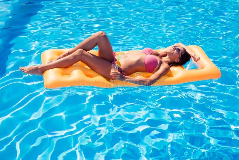 晒日光浴在气垫的女孩 库存图片