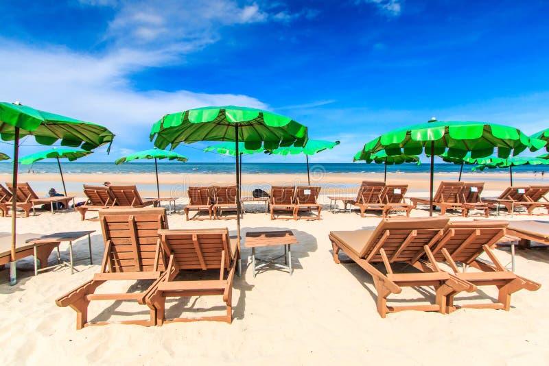 晒日光浴在海滩 免版税库存图片